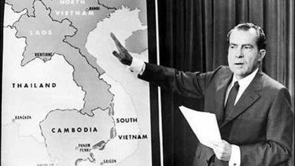 Richard Nixon muestra sobre un mapa la zona de los ataques de Estados Unidos durante la guerra en Indochina