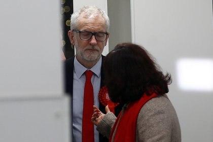 Corbyn y su esposa Laura Álvarez abandonan la sede del Partido Laborista tras la derrota (REUTERS/Henry Nicholls)