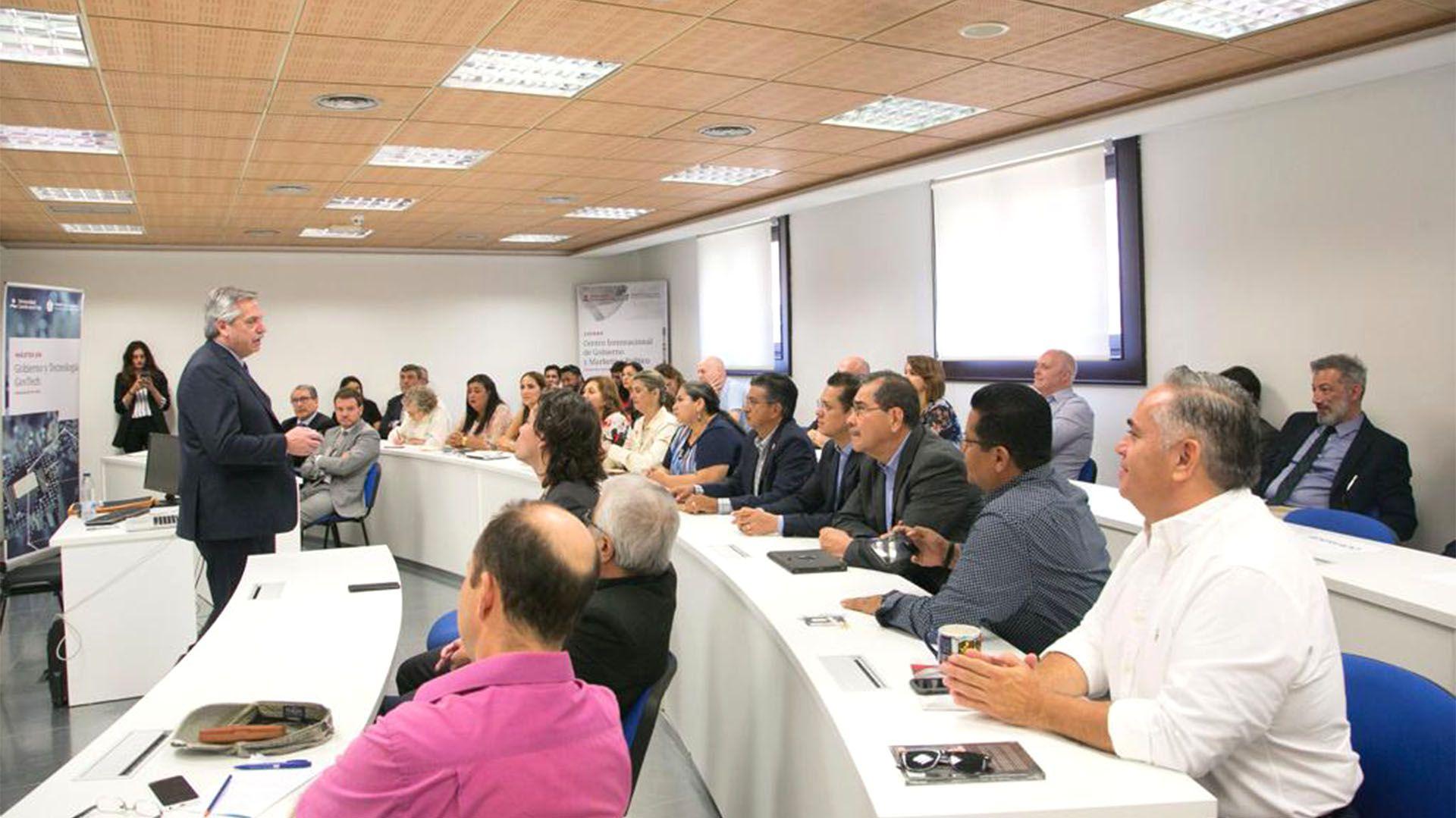 Fernández brindó una charla para aproximadamente treinta personas