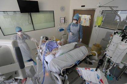 Personal médico trata a un paciente con Covid-19 en Francia. Foto: REUTERS/Eric Gaillard/File Photo