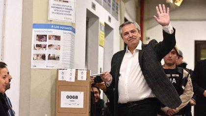 Alberto Fernández votó en la sede de la UCA cerca de las 10.30 del domingo (Adrian Escandar)