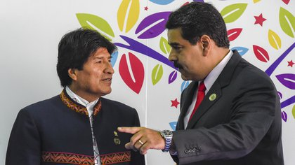 (FILES) In this file picture taken on September 17, 2016 Bolivian President Evo Morales (L) talks with Venezuelan President Nicolas Maduro before the opening ceremony in the Non-Aligned Movement summit in Porlamar, Margarita Island, Venezuela. - Bolivian President Evo Morales resigned on November 10, 2019, caving in following three weeks of sometimes-violent protests over his disputed re-election after the army and police withdrew their backing. (Photo by Juan Barreto / AFP)