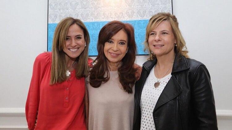 A la derecha de Cristina Kirchner, Victoria Tolosa Paz, junto a Florencia Saintout, quien derrotó a la futura funcionaria en las internas del Frente de Todos para intendente de La Plata