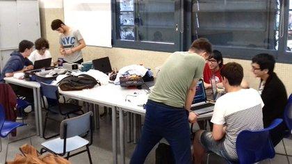 El equipo del Club de Robótica en acción. Foto: Gentileza ORT.