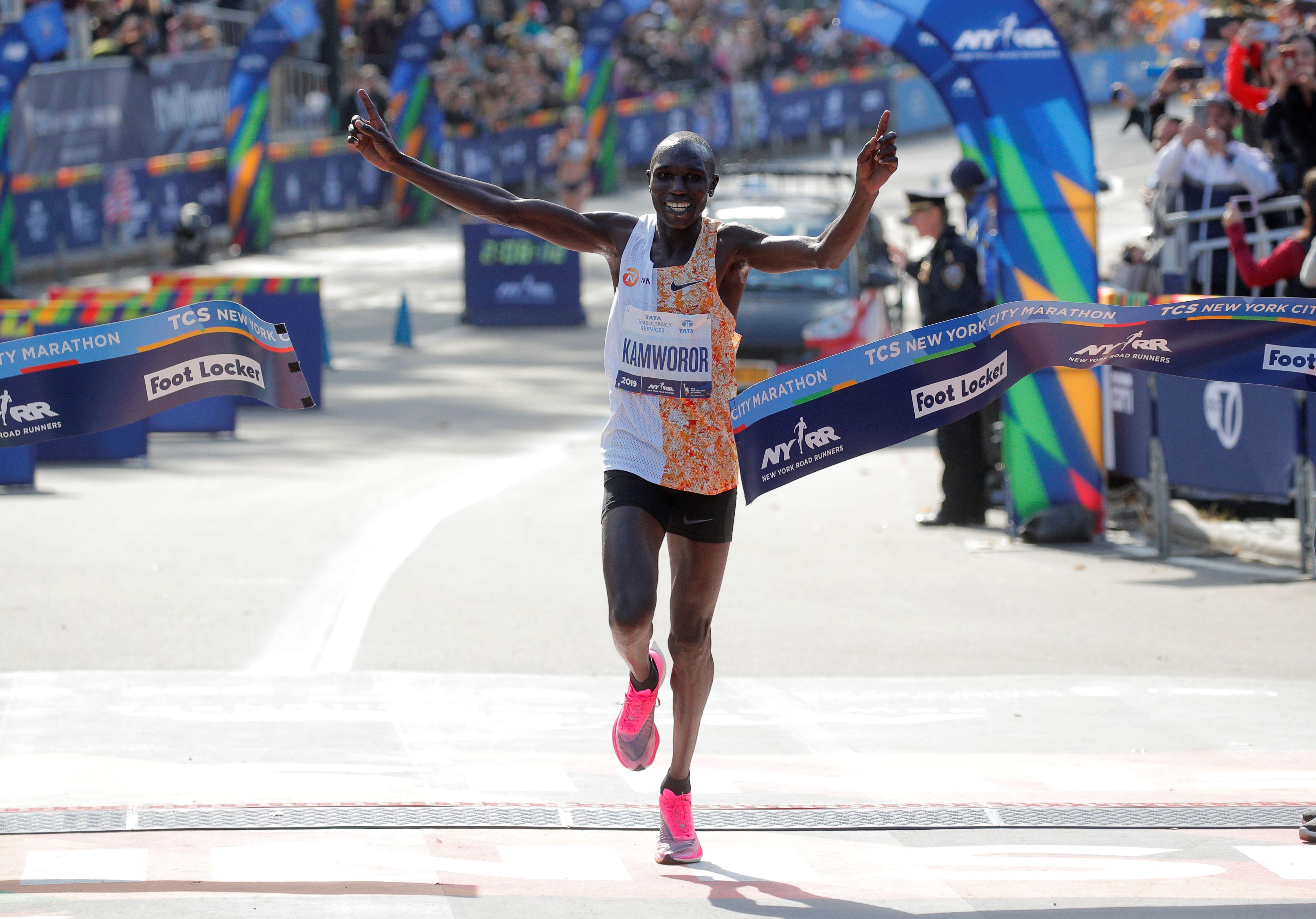 El momento en el que Geoffrey Kamworor cruza la meta (Reuters)