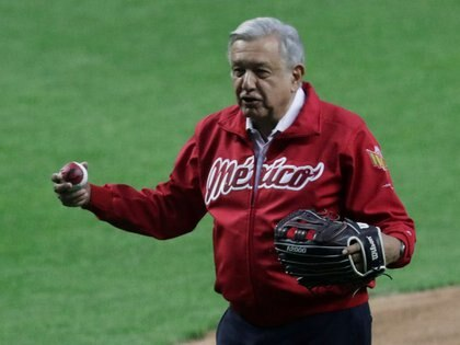 The President of Mexico, Andrés Manuel López Obrador, has always displayed publicly his preference for baseball (photo: REUTERS/Henry Romero)