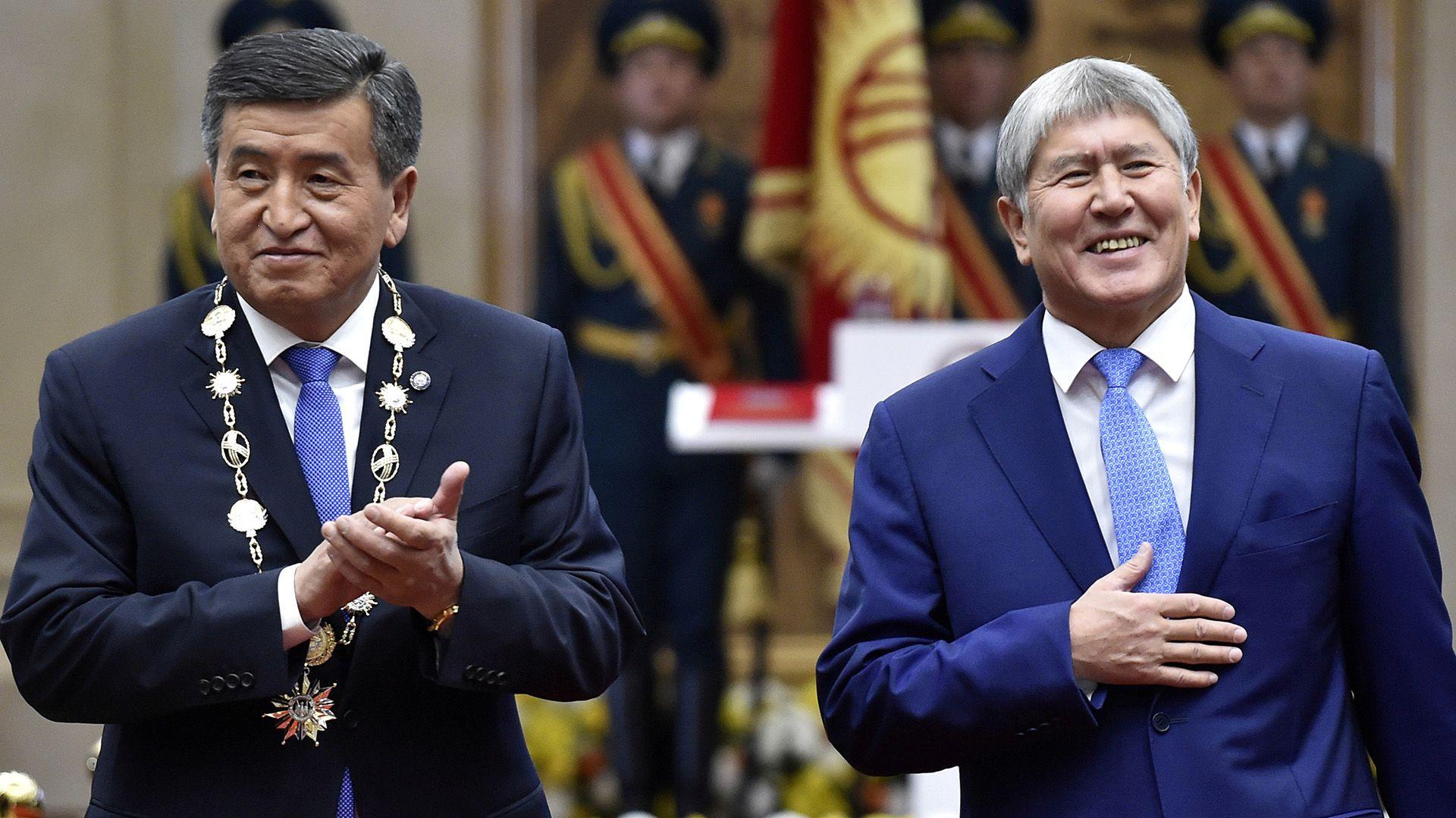 El presidente de Kirguistán, Sooronbai Jeenbekov (izq.), aplaude durante su ceremonia de investidura, junto a ex presidente Almazbek Atambayev en una foto del 24 de noviembre de 2017 (REUTERS/Vyacheslav Oseledko/archivo)