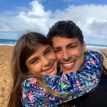 Cauã junto a su hija