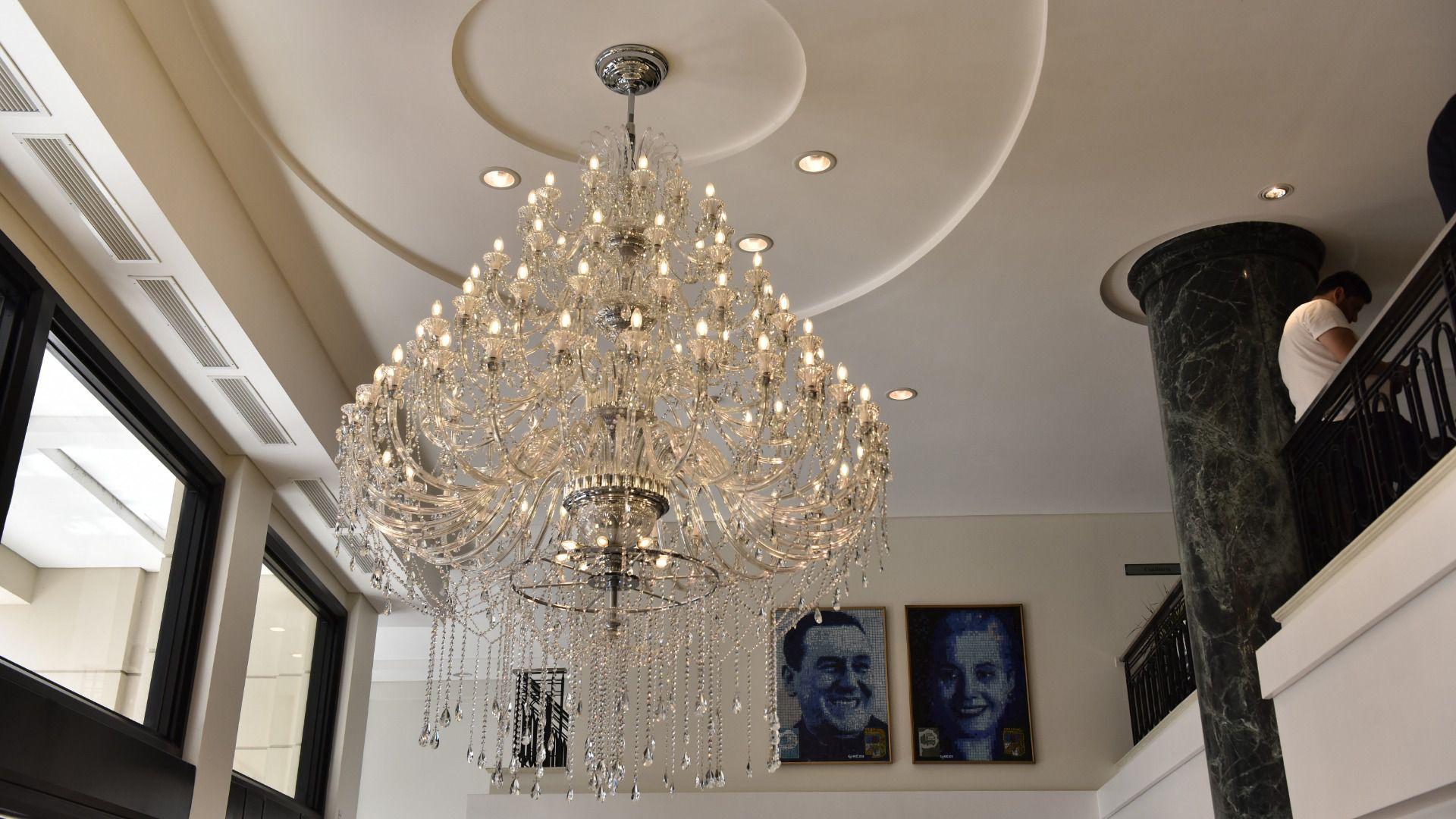 En el hall de entrada, el Sanatorio tiene detalles de lujo y los cuadros de Perón y de Eva Perón