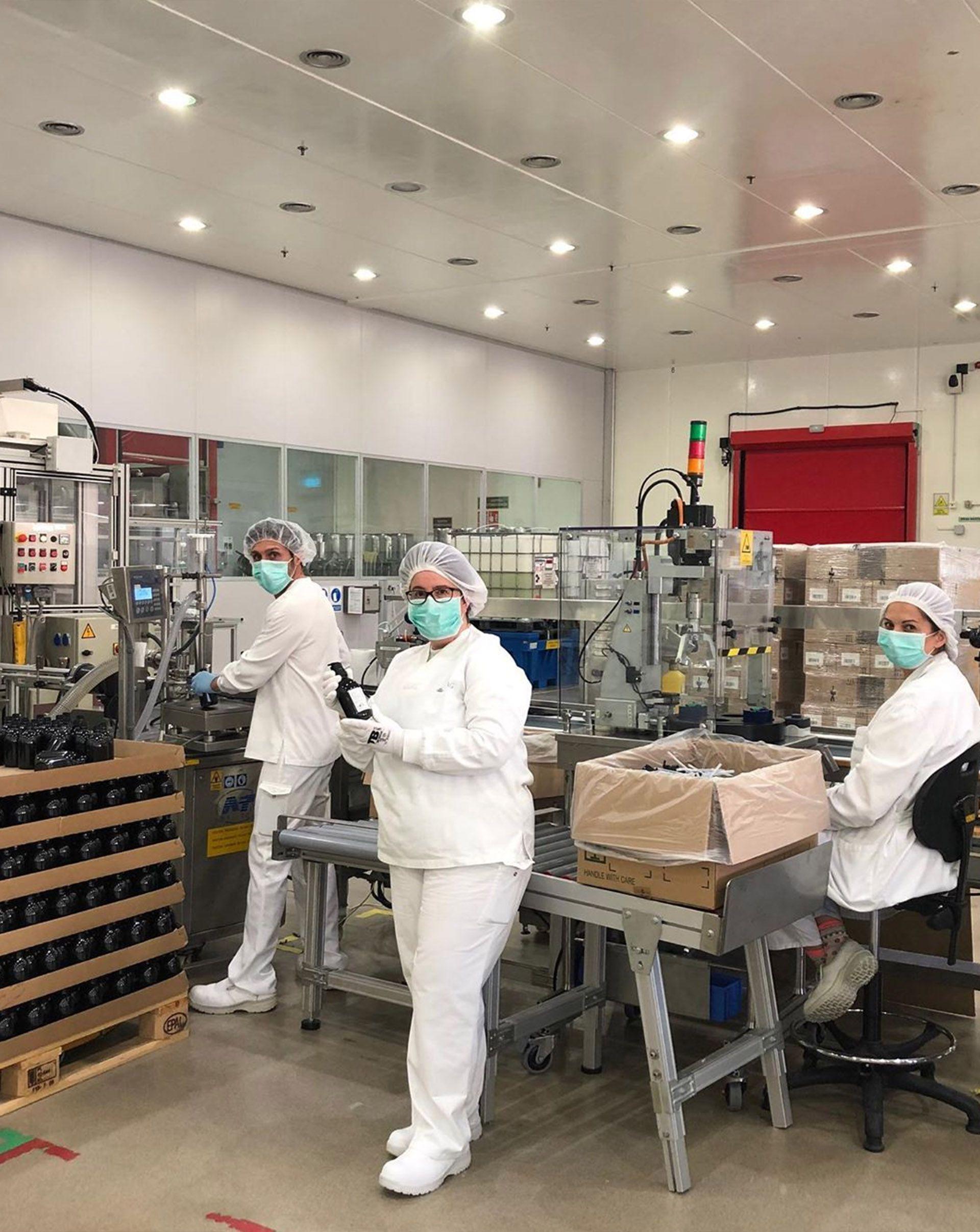 Los empleados de la fábrica mostrando el producto terminado (Foto: Instagram)