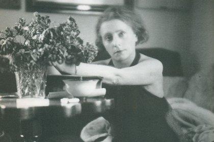 Lo que hizo conocida a Margherita Sarfatti fue la publicación dos años más tarde de Dux, una biografía laudatoria de Mussolini que tuvo 16 ediciones en Italia y fue traducida a 18 idiomas. En ese libro, lo presentó como el hombre predestinado a conducir a Italia a recuperar la grandeza de la antigua Roma (Muestra Museo del Novecento)