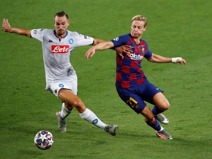 Soccer Football - Champions League - Round of 16 Second Leg - FC Barcelona v Napoli - Camp Nou, Barcelona, Spain - August 8, 2020  Napoli's Fabian Ruiz in action with Barcelona's Frenkie de Jong, as play resumes behind closed doors following the outbreak of the coronavirus disease (COVID-19)  REUTERS/Albert Gea