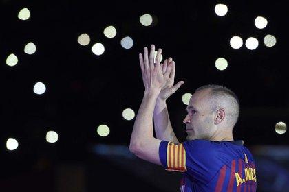 Andrés Iniesta luego de dar su última función con la camiseta del Barcelona en el Camp Nou. Foto: AFP / LLUIS GENE