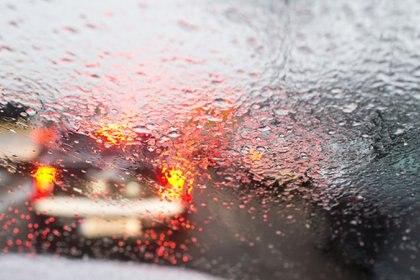 ARCHIVO - Visibilidad reducida y tormenta: este es el momento de levantar el pie del acelerador y conducir con máxima concentración. Foto: Julian Stratenschulte/dpa