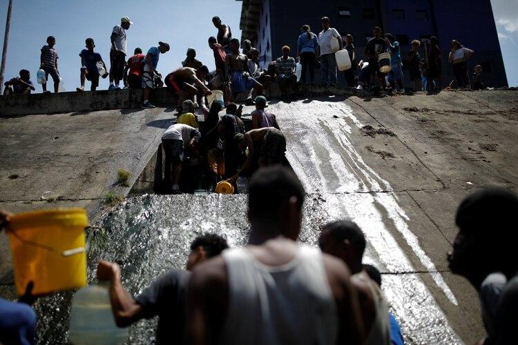 Ante la falta de agua, los venezolanos se vieron obligados a ir a buscar a las cloacas (REUTERS/Carlos Garcia Rawlins)