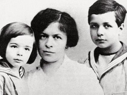 Mileva Maric con sus hijos Eduard y Hans Albert (Shutterstock)