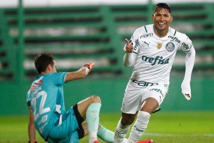 Rony marcó los dos goles de Palmeiras en su nueva visita a Florencio Varela (EFE/Marcos Brindici/Pool).
