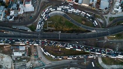 """El """"rulo"""" del Puente La Noria: estuvo repleto de autos pese al inicio de la cuarentena estricta (Thomas Khazki)"""