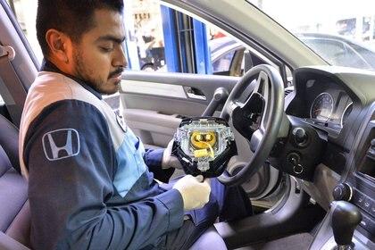 Un empleado de Honda trabaja sobre la instalación del airbag. Es una de las marcas afectadas por el escándalo Takata.
