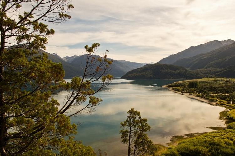 Un pequeño pueblo chubutense, lugar de paraíso y refugio natural con playas, bosques andinos, lagos y cumbres cordilleranas. A solo pocos kilómetros, se encuentra el Parque Nacional que lleva el mismo nombre y es uno de los hábitat naturales de especies como el pudú y el huemul, ambas en peligro de extinción (Shutterstock)
