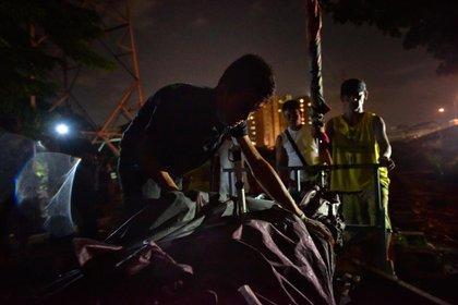 Un forense carga el cadáver de Paul Lester Lorenzo, de 32 años, muerto en una operación secreta en Manila el 17 de agosto de 2016. La pareja de hecho de Paul, Aileen Ferrer, asegura que la última vez que Paul fue visto con vida por unos vecinos, estaba esposado y siendo escoltado por la policía. JES AZNAR