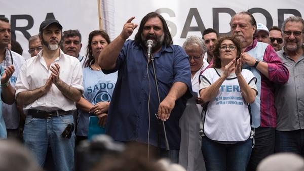 Roberto Baradel habla durante la marcha docente al Ministerio de Educación (Crédito: Adrián Escándar)