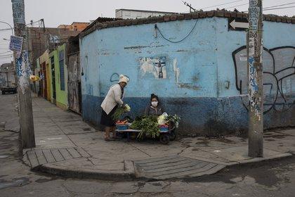Una mujer rompe la cuarentena en Lima para vender verduras en la calle y poder subsistir (AP/Rodrigo Abd)