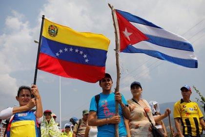 """Aunque el subsidio económico es importante, el eje de """"La invasión consentida"""" es la virtual cesión de soberanía de Venezuela a Cuba desde los años de Hugo Chávez. (REUTERS/Marco Bello)"""
