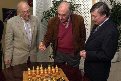 Dos campeones con el ex presidente De la Rúa. Víctor Korchnoi y Anatoly Karpov en una de sus visitas a Buenos Aires. Gentileza: Carlos Ilardo
