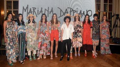 La diseñadora Mariana Dappiano junto a sus modelos luego de finalizar su pasada y la colección Dolce Vita
