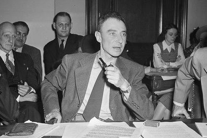 "Robert Oppenheimer testifica ante comité de asuntos militares en Washington. Había sido acusado de tener ""simpatías"" comunistas   e incluso de haber filtrado secretos a los rusos (AP)"