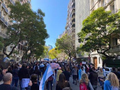 Las entidades que representan a las empresas de viajes en marcharon en Buenos Aires al Banco Central en protesta por las medidas cambiarias adoptadas estos últimos días en Argentina que dificultarán el turismo internacional cuando se reabran las fronteras