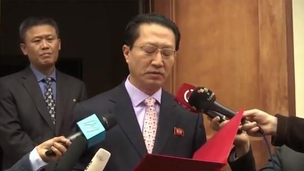 Pak Myong Chol, detrás del entonces embajador norcoreano en Lima, Kim Hak-Chol