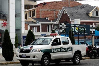Un vehículo policial estacionado frente al consulado mexicano en La Paz  (REUTERS/David Mercado)