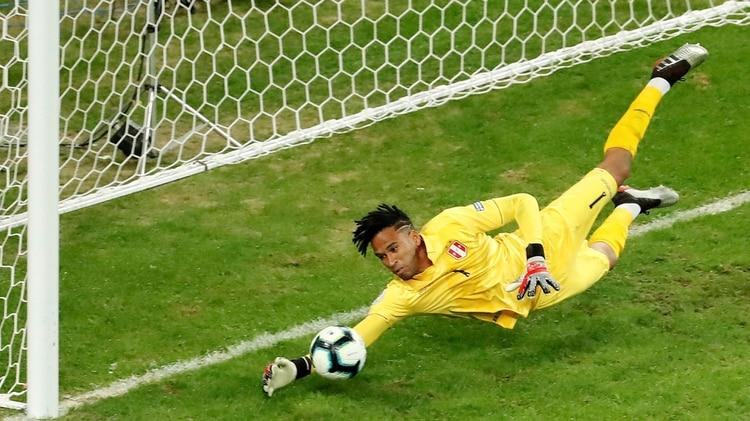 El arquero de Perú Pedro Gallese detiene una pelota, durante el partido Chile-Perú de semifinales de la Copa América de Fútbol 2019, en el Estadio Arena do Grêmio de Porto Alegre, Brasil (EFE/Mauricio Dueñas Castañeda)