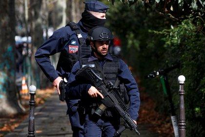 Los oficiales en busca de sospechosos (REUTERS/Gonzalo Fuentes)