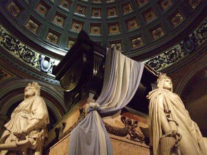 Los restos del Libertador descansan, desde 1880, en la Capilla Nuestra Señora de la Paz, en la Catedral Metropolitana, custodiado permanentemente por dos granaderos