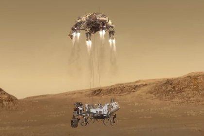Una grúa con cohetes hace descender al rover hasta la superficie marciana (NASA/JPL)