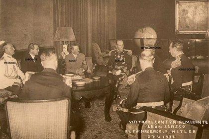 La visita del contraalmirante León Scasso, jefe de la Flota de Mar alfrente de la delegación naval argentina, al por entonces canciller Adolf Hitler
