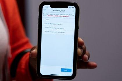 Helene Cooper muestra la aplicación que usará para informar cualquier síntoma que tenga (Erin Schaff / The New York Times)