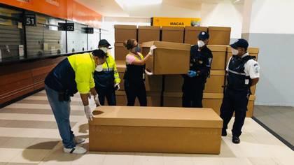 Ataúdes de cartón son almacenados este sábado en la terminal terrestre de Guayaquil (EFE)