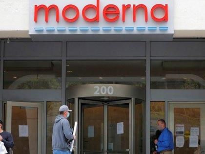 Foto de archivo del logo de Moderna en las oficinas centrales de la ccompañía en Cambridge, Massachusetts. May 18, 2020.   REUTERS/Brian Snyder