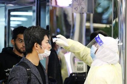Pasajeros provenientes de China son sometidos a controles de temperatura en el aeropuerto Rey Khalid en Arabia Saudita. REUTERS /Ahmed Yosri