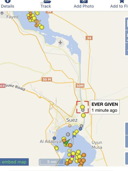 Esta imagen satelital también muestra el tráfico que se ve interrumpido por el encallamiento del buque carguero MV Ever Given (AP)
