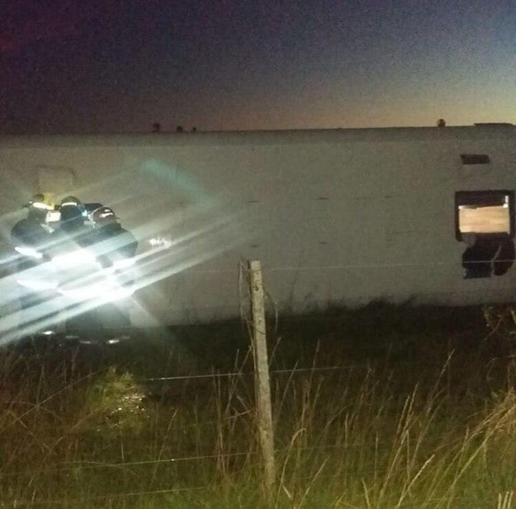 Personal de Bomberos de Castelli rescataron a los pasajeros tras el accidente