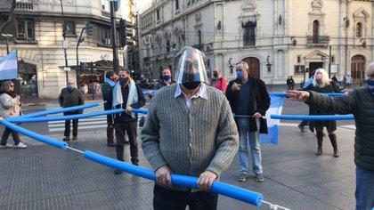 """El año pasado, en una marcha contra el gobierno nacional. """"Lo que está haciendo la oposición me parece muy bien"""", dijo Luis Brandoni (Foto: Twitter @BoslayGier)"""