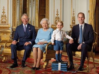 El príncipe Carlos, la reina Isabel, el príncipe George y el príncipe William posan durante una sesión de fotos para conmemorar el 90 cumpleaños de la reina Isabel II, en el Salón Blanco del Palacio de Buckingham, en Londres, Gran Bretaña, 2015.