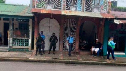 Policías bloquean el acceso a la radio Siempre Joven, de la ciudad de Bluefields, para impedir la recolección de víveres para los damnificados. (Cortesía)