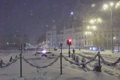 El Ayuntamiento de Madrid y la fuente de Cibeles, cubiertos de nieve (Jesús Hellín - Europa Press)