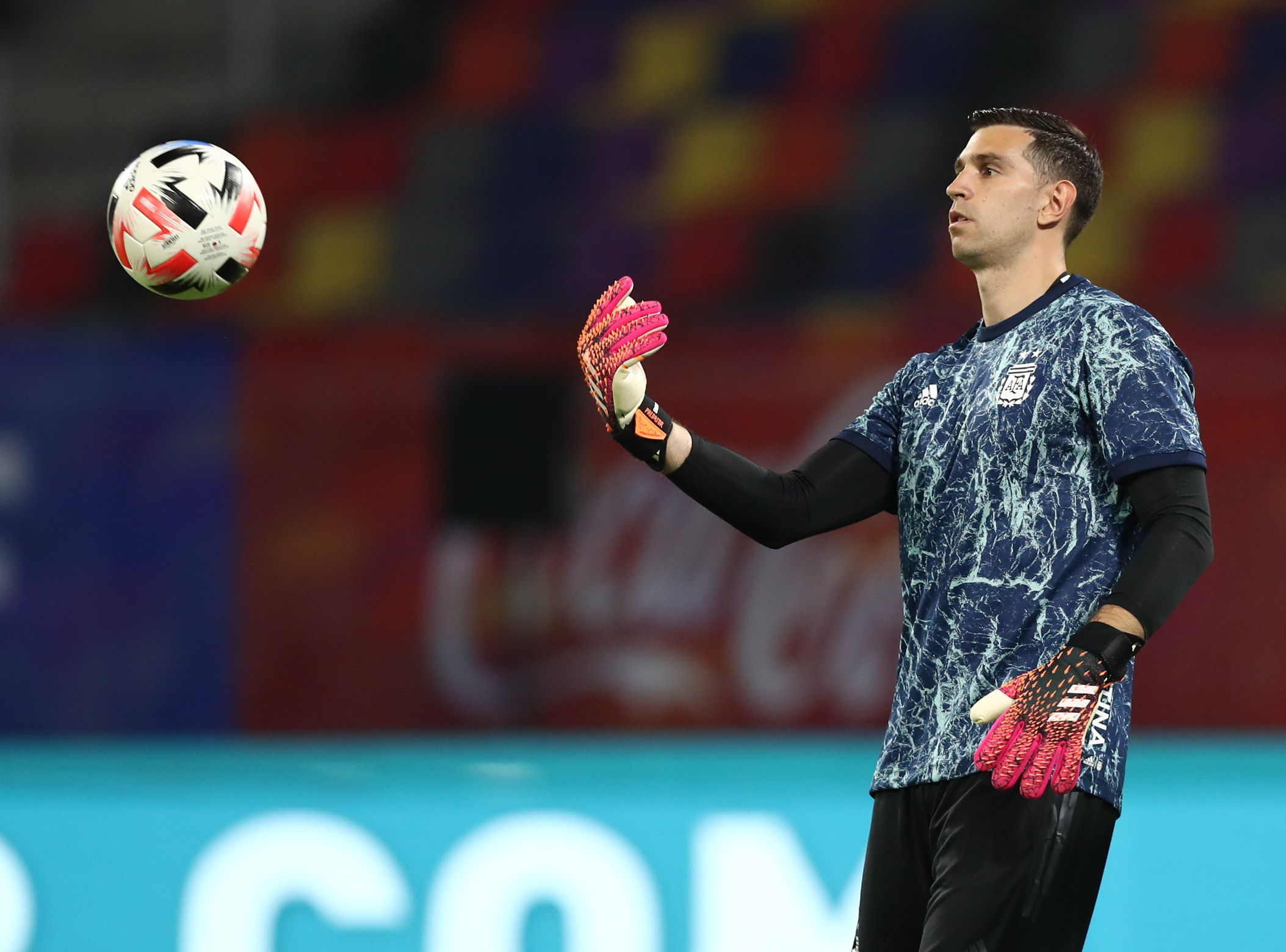 Emiliano Martínez también estuvo en la conferencia previa al partido con Uruguay. Foto: REUTERS/Agustin Marcarian